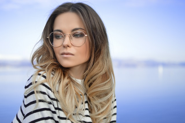 femme-avec-lunettes